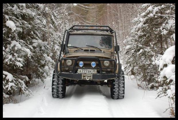 УАЗ зимой в лесу