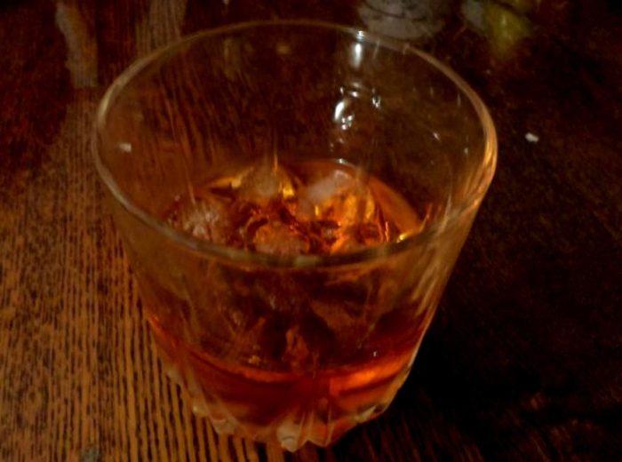Кедровка в стакане со льдом