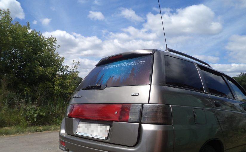 Наклейка на стекло авто из перфорированной пленки